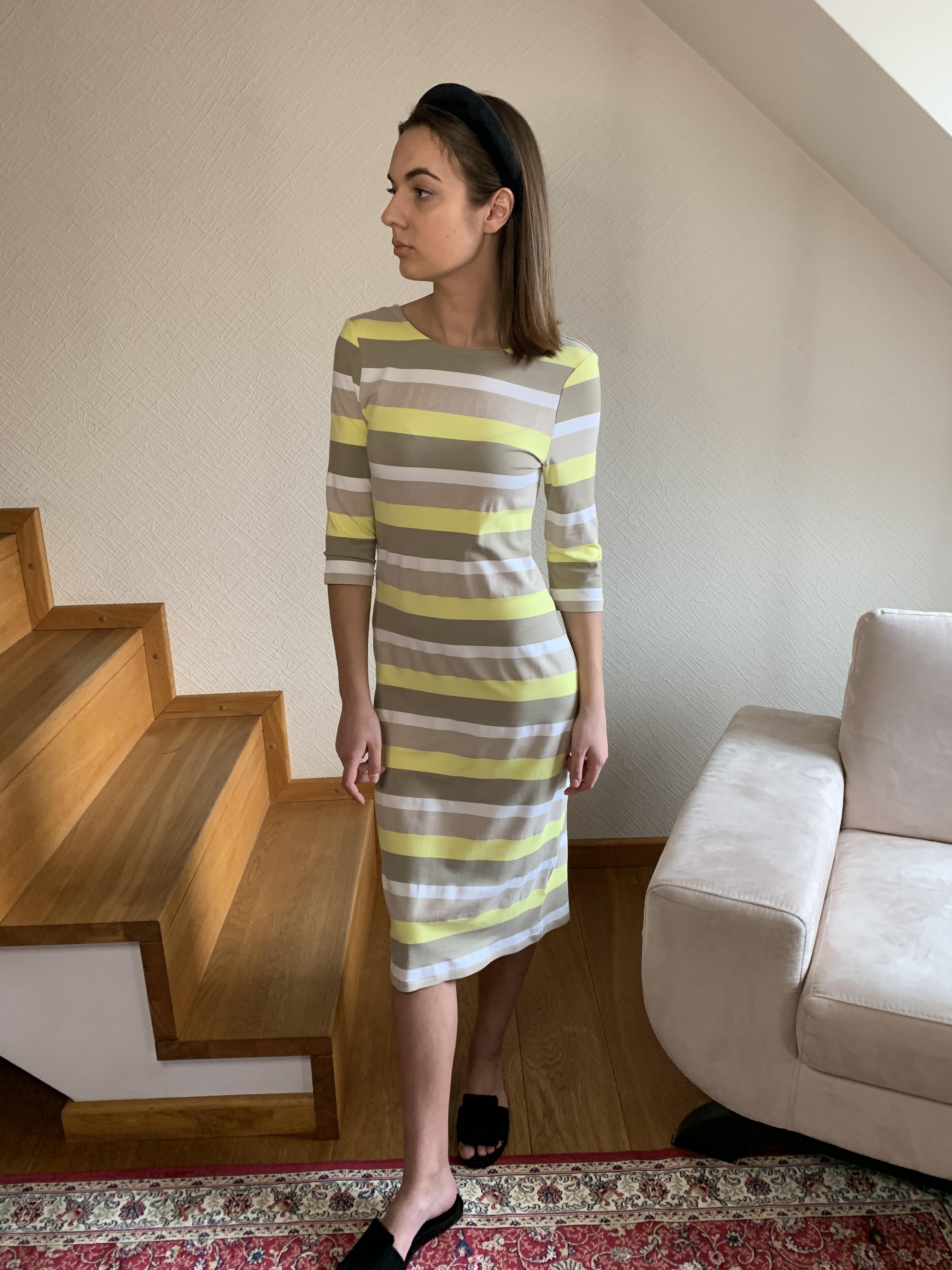 Įvairių spalvų dryžuota moteriška suknelė | Omniteksas.lt